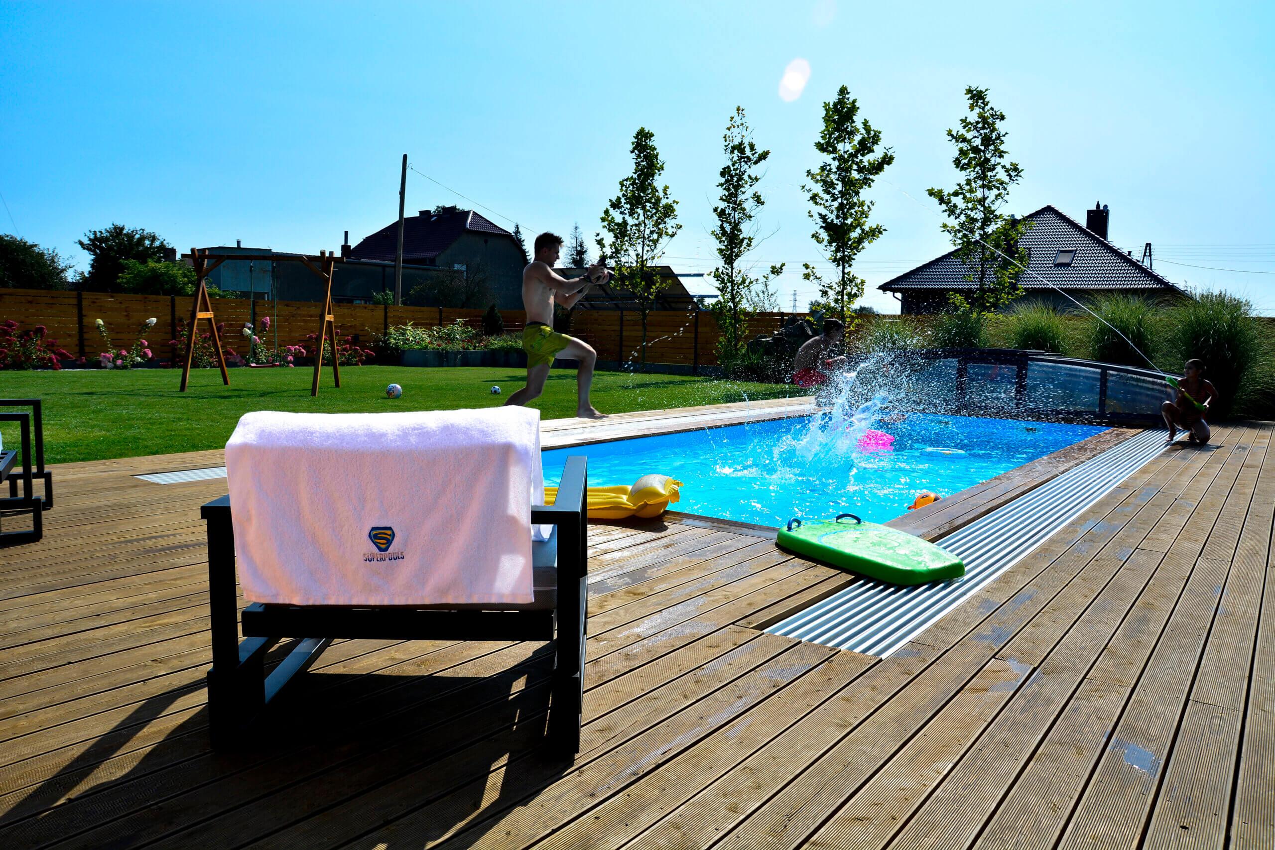 Czyszczenie basenu w wakacje to też dbanie wodę przy dnie, a nie tylko na jego powierzchni