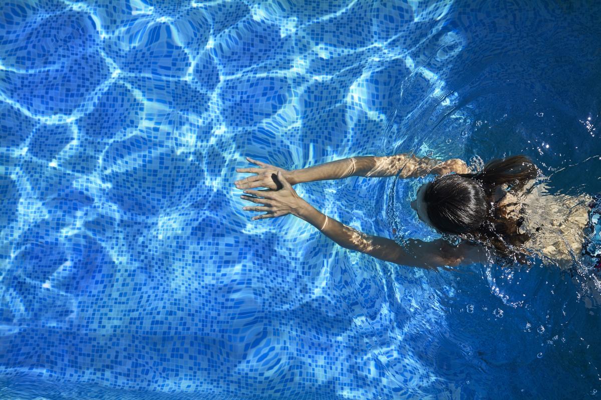 czysta woda w basenie dzięki skimmerowi
