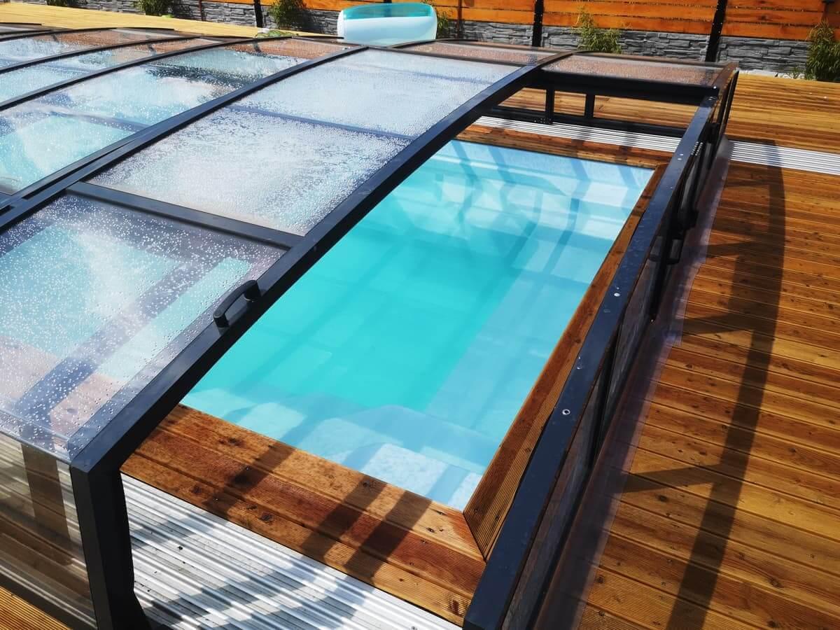 Smutne chodzenie jesienią wokół basenu? Nie jeśli masz zadaszenie basenowe!